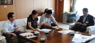 桐淵博教育長(右)に要請する安部県委員長(左から2人目)、加川市議(左)=17日、さいたま市