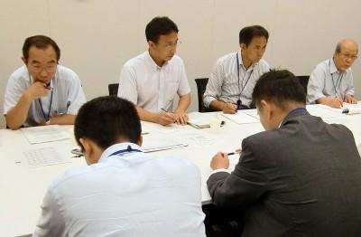 大宮駐屯地で化学物質の製造・使用について説明を受ける(左から)神田さいたま市議、塩川衆院議員、村岡県議ら=2013年7月24日、衆院第2議員会館