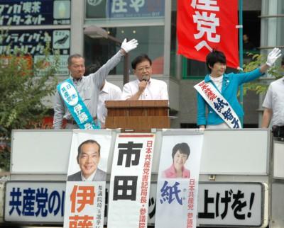 北朝霞駅前でそろって訴える左から伊藤候補、市田書記局長、紙比例候補の3氏。