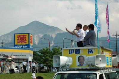 武甲山の麓、秩父市内な小池晃副委員長の応援をうけて。