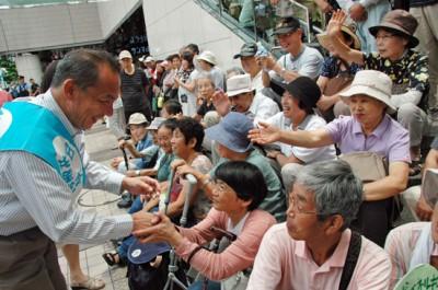 聴衆と握手する伊藤岳候補=20日、川越駅東口 クレアモール前
