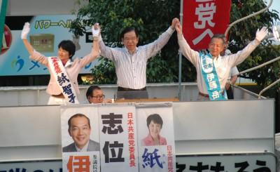 聴衆の声援に応える紙比例候補、志位委員長、伊藤候補=10日、大宮駅西口前。