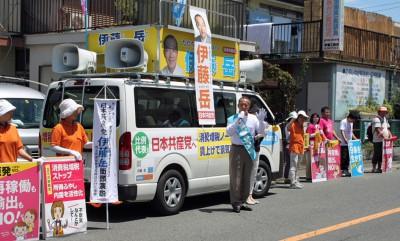 所沢市内で訴える伊藤候補=15日。