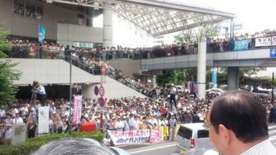 2000人の聴衆に訴える志位委員長と伊藤岳候補=20日、川越駅東口クレアモール前