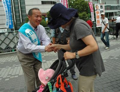 子ども連れのお母さんと握手する伊藤候補=19日、川口駅東口デッキ上