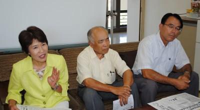 会見で決意を述べる並木氏(左)=2013年8月28日、春日部市役所
