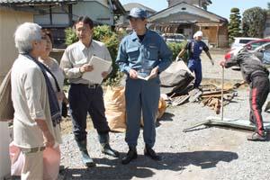 台風・竜巻で被災した福祉施設の職員から話を聞く塩川衆院議員(左から3人目)、村岡県議(同4人目)=2013年9月17日、埼玉県熊谷市