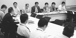 各省の担当者(手前)に竜巻被害対策を要請する塩川氏(正面左端)と埼玉、栃木両県委員会の代表ら=13日、衆院第2議員会館