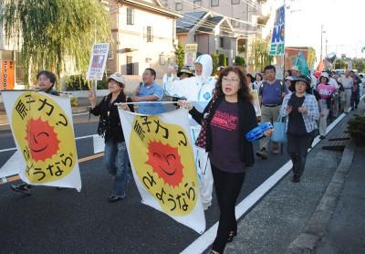 「原発いらない」と訴えて歩くデモ参加者=2013年9月29日、埼玉県狭山市
