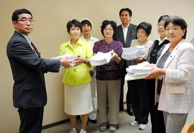 県の担当者に署名を渡す参加者ら=2013年10月8日、埼玉県庁内