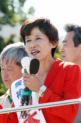 第一声で訴える並木としえ候補=2013年10月13日、春日部市