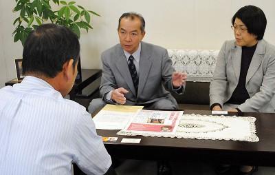 経済団体と懇談する伊藤氏(奥左)ら=2013年11月7日、さいたま市