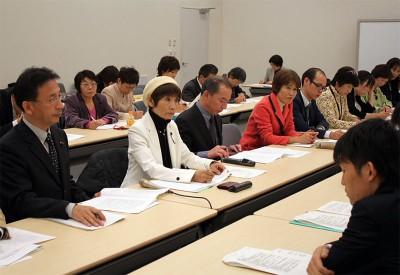 国の担当者(手前)に要請する(前列左から)塩川、柳下の各氏ら=2013年11月22日、参院議員会館