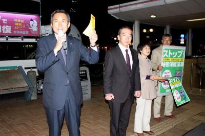 街頭宣伝する(左から)村岡県議、伊藤氏、守谷市議=2013年11月26日、さいたま市