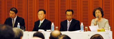 討論会で発言する峯氏(右)=2014年1月31日、川口市