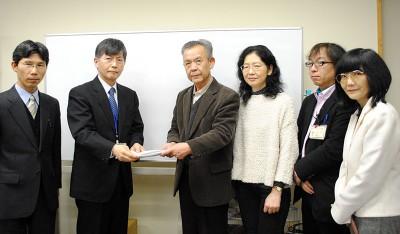 請願を提出し、保険料引き下げを求める埼玉社保協の人たち(右側)=2014年2月14日、さいたま市