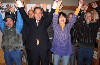 当選を喜ぶ野原氏(左から2人目)=2014年2月16日、ときがわ町
