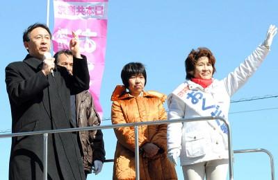 塩川衆院議員(左)の応援を受け、声援に応えるおくだ智子候補(右)=2014年2月22日、川口市