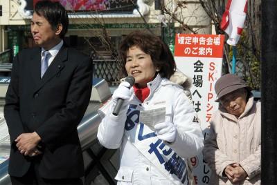 第一声で訴えるおくだ智子候補=2014年2月21日、川口市