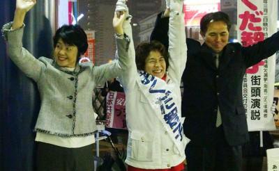 声援に応える(左から)紙参院議員、おくだ候補、村岡県議=2014年2月27日、川口市