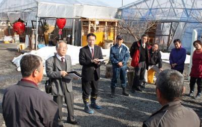 埼玉県秩父市の下吉田地区で被災農家から話を聞く塩川議員(左から3人目)=2014年3月4日