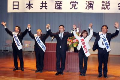 声援に応える(左から)杉野、石田、塩川、渡辺、へいまの各氏=2014年3月9日、久喜市
