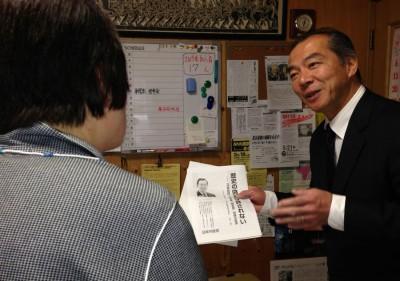 懇談する伊藤氏=2014年3月20日、さいたま市
