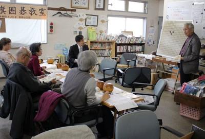 講義する大澤さん(右端)=2014年3月27日、さいたま市