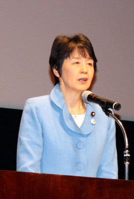 講演する紙智子参院議員=2014年4月5日、越谷市