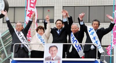 声援に応える(左から)新井、出浦、塩川、斎藤、山中の各氏=2014年4月6日、秩父市