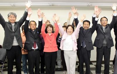 全員当選を喜ぶ(左から)坂巻、並木、大野、卯月、松本の6氏=2014年4月21日未明、春日部市