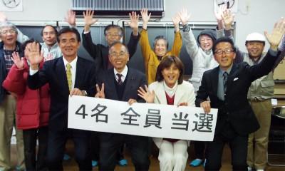 当選を喜ぶ(前列左から)平間、石田、渡辺、杉野の4氏=2014年4月21日未明、久喜市