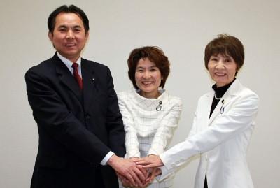 3人になった党県議団。右から柳下、奥田、村岡の各氏