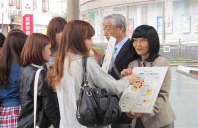 学生と対話する党市議=2014年4月23日、新座市