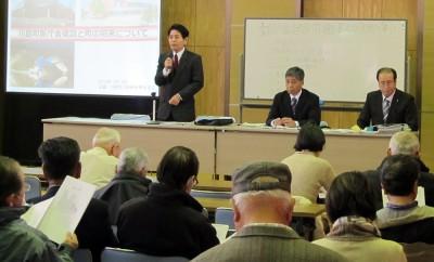 新庁舎問題を話し合う町民と(左から)岡部会代表、道祖土、栗岩両町議=2014年2月、川島町