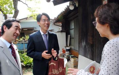 加川市議(左)とともに市民と対話する松村候補(中央)=2014年4月28日、さいたま市緑区