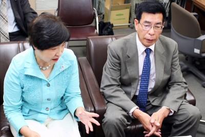 県議選勝利へ決意表明する本山候補(右)と長沼地区委員長=2014年5月21日、川越市