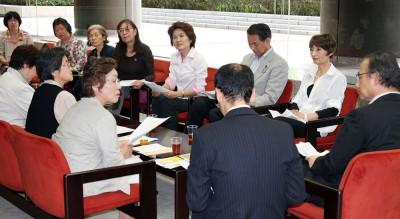 新井部長(右端)と懇談する、加藤会長らと、党県議団(写真奥右)=2014年5月23日、県議会内