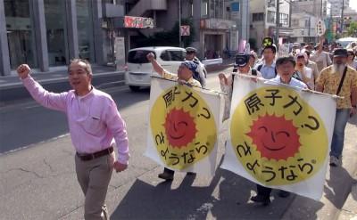 「原発ゼロ」を訴えデモをする参加者=2014年5月24日、さいたま市