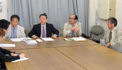 公開質問状の提出について記者会見する早川会長(右から3人目)ら=2014年5月27日、埼玉県庁