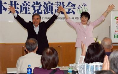 いっせい地方選勝利へ決意を語った(左から)山崎市議、紙参院議員=2014年5月25日、さいたま市