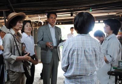 被害農家(右2人)から話を聞く(左から)柳下、奥田、村岡各氏=2014年6月2日、熊谷市