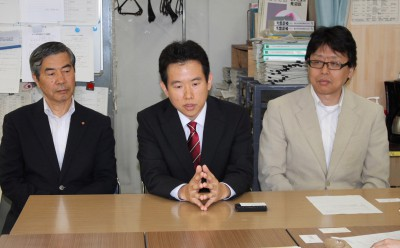 決意を語る大塚氏(中央)と斉藤地区委員長(右)、山崎市議団長(左)=2014年6月5日、さいたま市