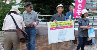 集団的自衛権行使容認に反対の声をあげようと宣伝する党員=2014年6月13日、さいたま市