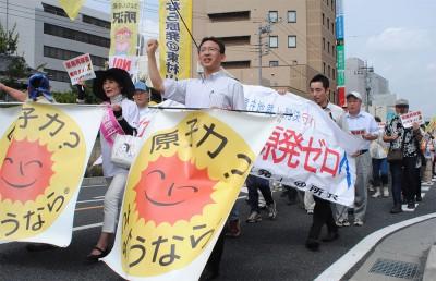 「原発いらない」と声を上げる参加者と塩川(前列右)、柳下(その左)の両氏=2014年6月21日、所沢市