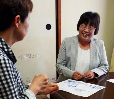 市民と対話する山本候補(右)