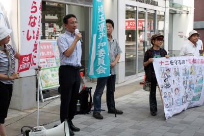 集団的自衛権行使の具体化を許すなと訴える塩川議員(左から2人目)=2014年7月1日、狭山市