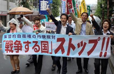 閣議決定の撤回を求めてデモ行進する参加者=2014年7月4日、さいたま市
