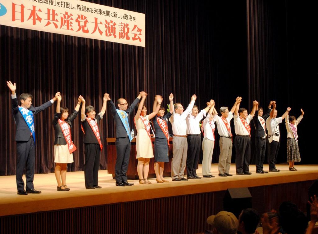 声援に応える市田副委員長と、いっせい地方選候補、伊藤氏=2014年7月20日、新座市