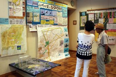 町の空を飛び交う米軍機の実態を示した展示=2014年8月7日、小川町